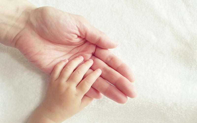 親と子どもの手